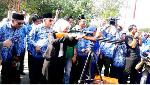 Rektor Universitas Hasanuddin saat Melepaskan Tembakan Launching Dies Natalis UH